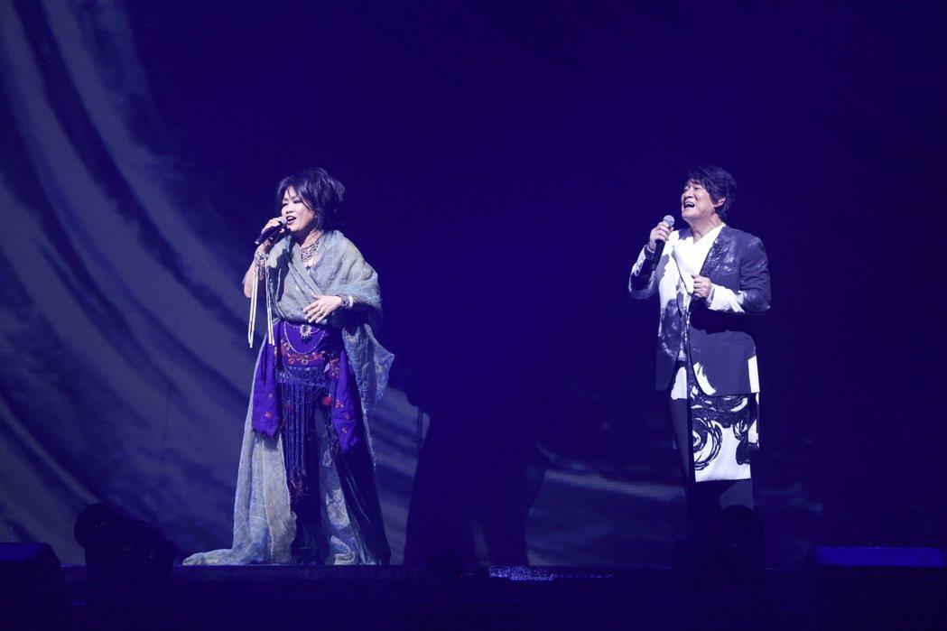 齊豫(左)相隔逾15年二次擔任周華健巡演嘉賓,台灣首唱「天下有情人」。記者王聰賢