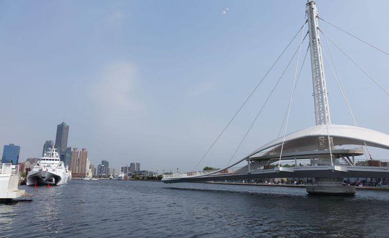 高雄港大港橋可旋轉與第3船渠平行,讓船隻通過,但台灣港務公司一直未核准船隻通行。記者楊濡嘉/攝影