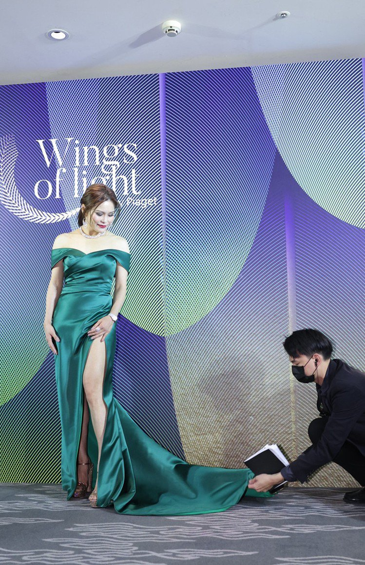 周蕙修長的晚禮服讓現場工作人員幫忙整理時,更大秀白皙美腿。記者李政龍/攝影。