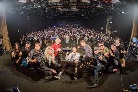 台灣兩大資深樂團代表董事長和四分衛樂團組成期間限定團體「董四長」,昨晚於Legacy「鐵漢柔情:勿忘。再舉」演唱會開唱。兩團都成軍超過20年,全部成員年紀相加更是超過500歲,他們對台下幽默高喊:「...