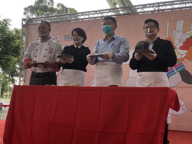 台北傳統市場節開幕,市長柯文哲(右2)和副市長黃珊珊(右3)一起在台上包水餃。記者鍾維軒/攝影
