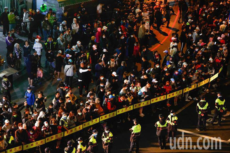 彰化民生地下道外佈有重重警力,但今年場面平和,沒有民眾滋事。記者黃仲裕/攝影