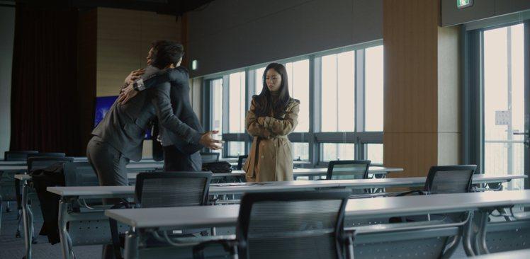 在文森佐被安組長「強抱」的場面,全汝彬身穿Max Mara大衣。圖/NETFLI...