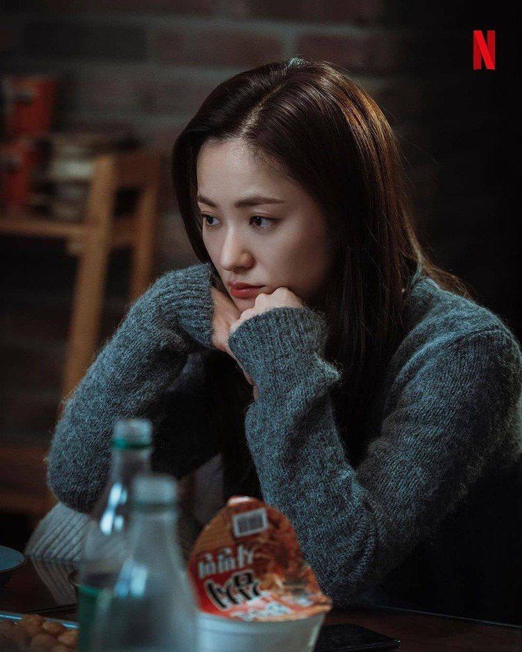 全汝彬身穿COS灰色針織衫表現了女主角洪車瑛的溫暖。圖/NETFLIX提供