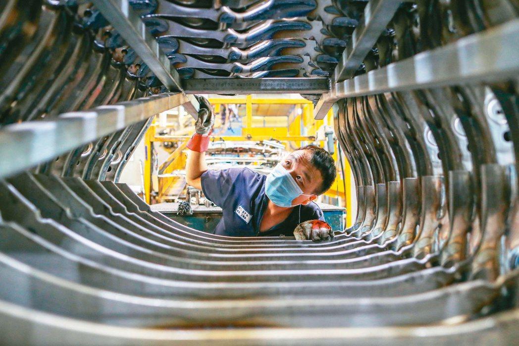 昆山市推出217億元台商發展基金。圖為一家製造企業內,工人在生產線上忙碌。 (中...