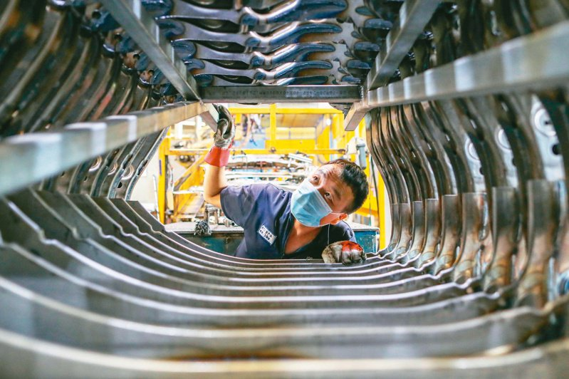 昆山市推出217億元台商發展基金。圖為一家製造企業內,工人在生產線上忙碌。 (中新社)