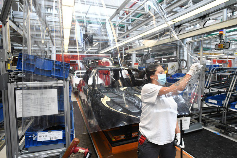 全球車用晶片大缺貨,預料台灣晶圓代工廠全年訂單也呈現量價齊揚局面。路透