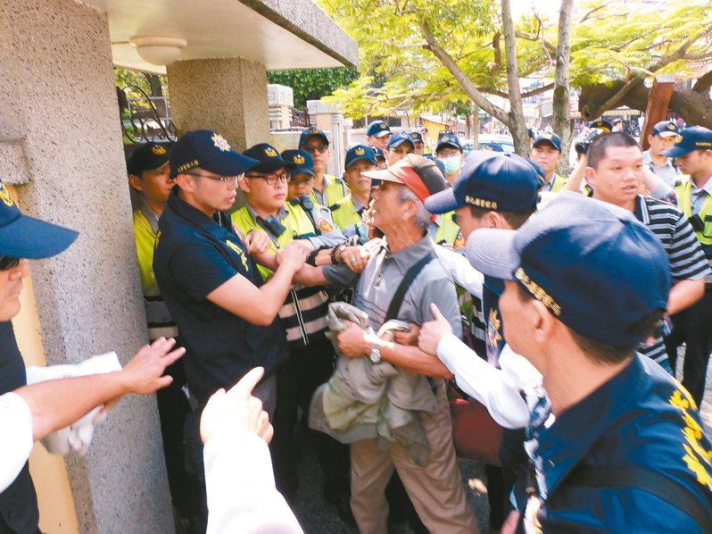前年十一月十日民眾在員林大道向總統車隊陳抗,與員警發生推擠,法官查出員警被指示「假摔」。本報資料照片