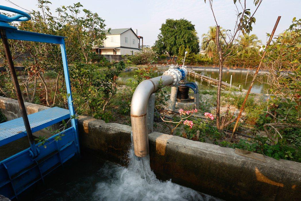 台灣大旱,地下水抽取量大增,導致地層下陷加劇。記者黃仲裕/攝影