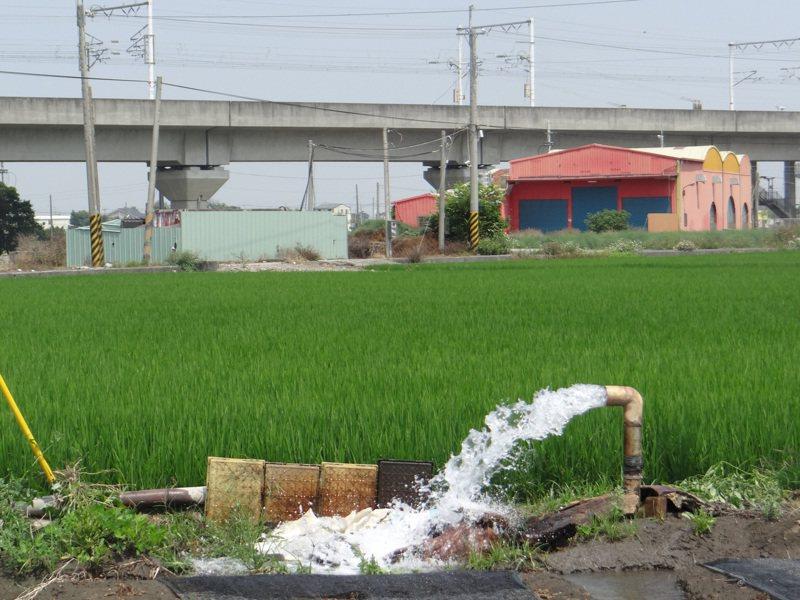 大旱缺水,高鐵路段下陷最嚴重的雲林縣土庫段附近的農田仍不斷抽水灌溉,埋下地層下陷隱憂。本報資料照片