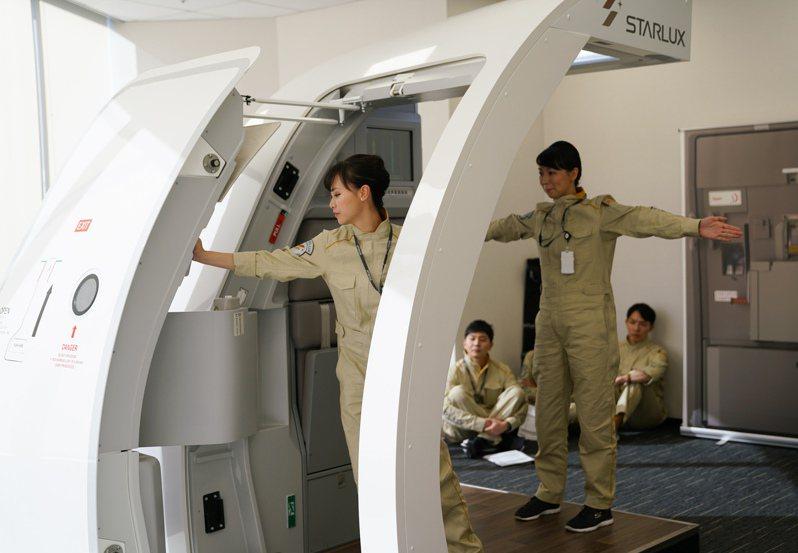 「聯合報x星宇航空夏令營」讓學員了解一段行程背後有多少專業人員的努力。圖/星宇航空提供