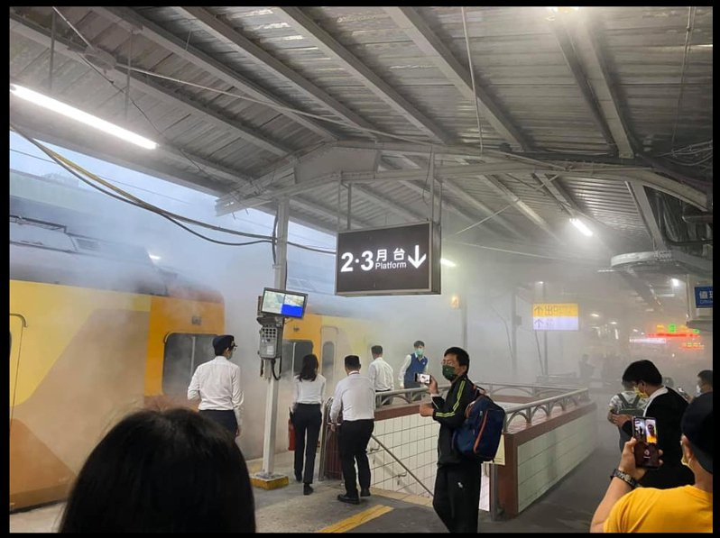 台鐵126次自強號列車今晚停靠中壢站時,車廂突然竄出大量濃煙、疑似起火燃燒,乘客緊急下車。圖擷自臉書桃園人圖
