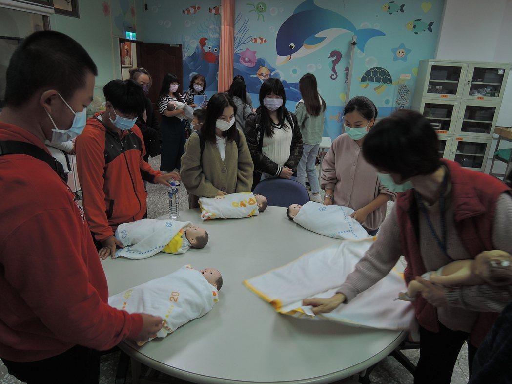 高中學生參加元培校園開放日活動體驗護理系嬰兒照護。 元培/提供