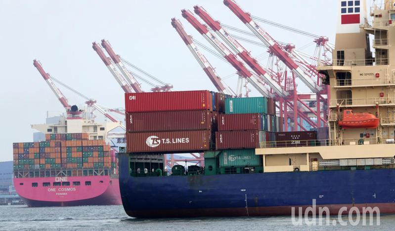 今年3月出口358.9億美元,換成新台幣破兆。圖為高雄港貨櫃作業情況。本報資料照片