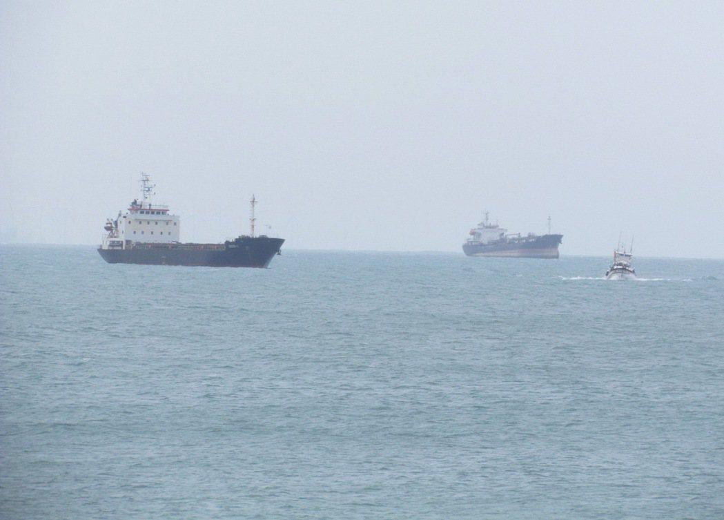帛琉籍籍貨輪傳出印尼籍船員公海暴斃船上,今天將進台中港尋求我國協助。圖/民眾提供