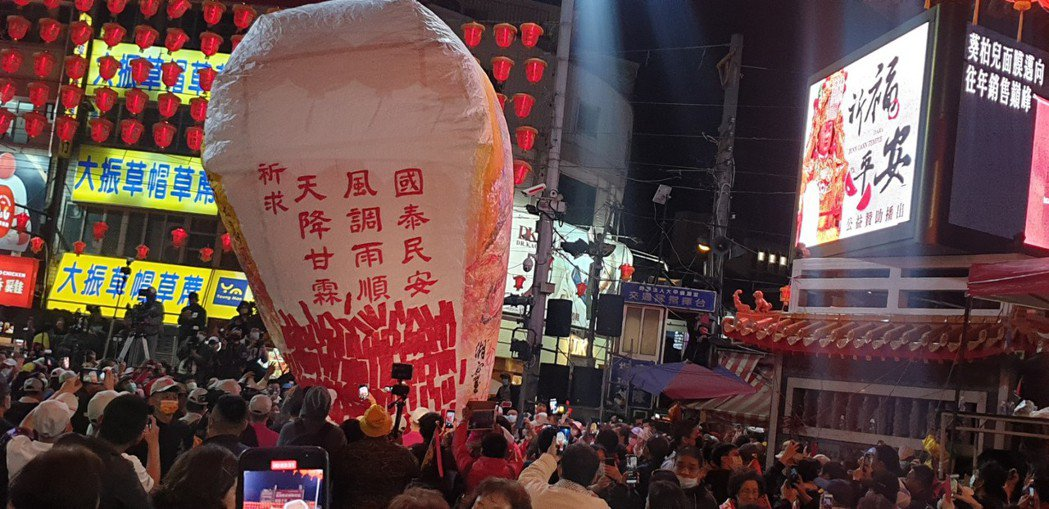 大甲媽遶境起駕當晚,廟前廣場有一個巨型天燈升空。本報資料照