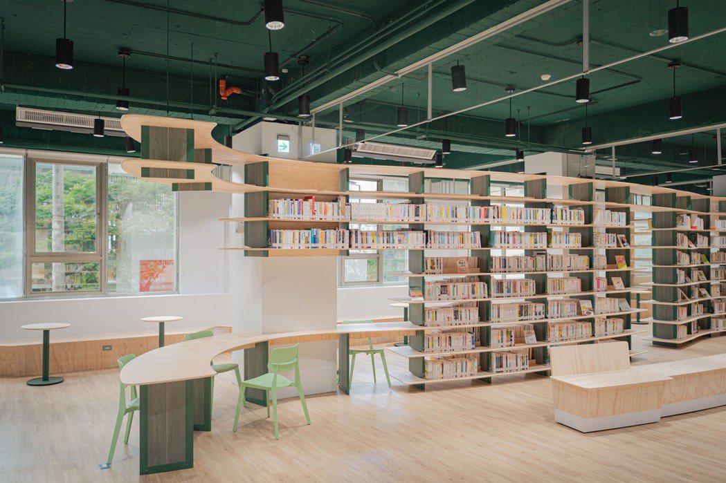圖書館龍山分館二樓規畫為兒童、親子閱覽區,也有新書及雜誌展示區。圖/新竹市政府提...