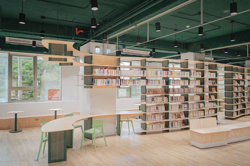 圖書館龍山分館二樓規畫為兒童、親子閱覽區,也有新書及雜誌展示區。圖/新竹市政府提供