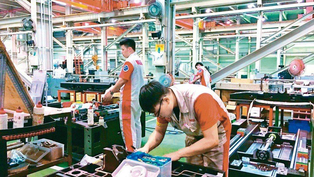 經濟部統計處昨(5)日公布,2020年製造業上市櫃公司研發費用逐年成長。(本報系...