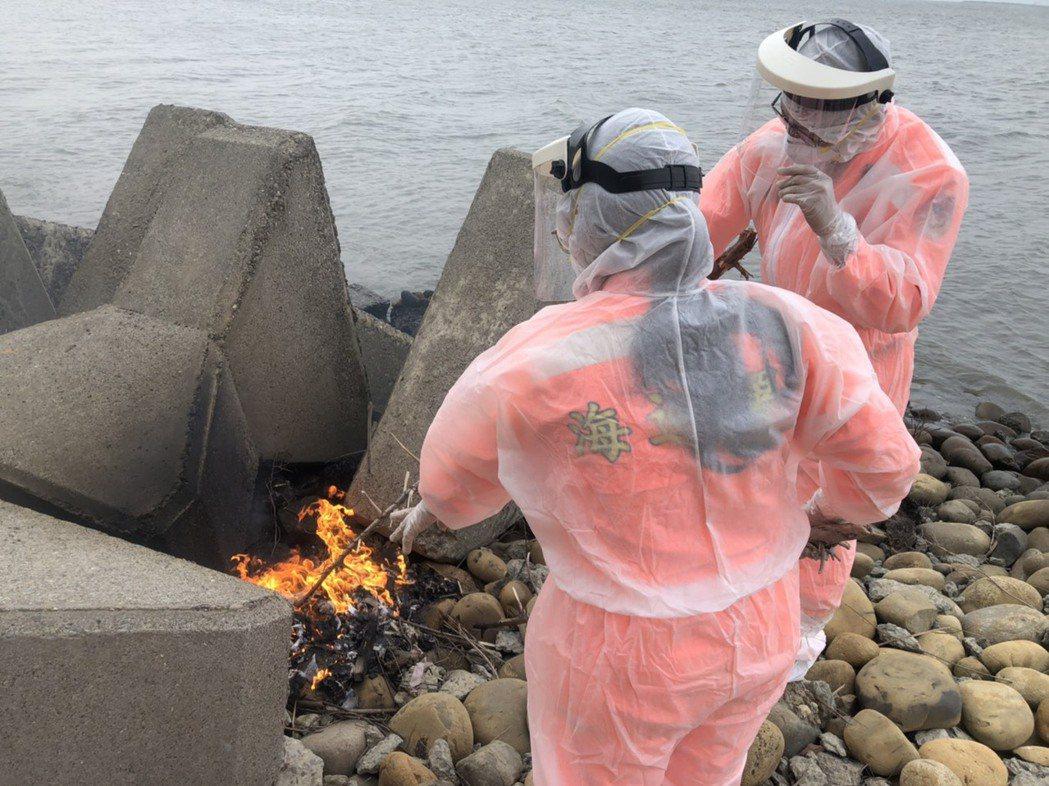 海巡署中部分署第三岸巡隊塭仔安檢所人員本月9日在彰化洋仔厝大排出水口北側岸發現一...