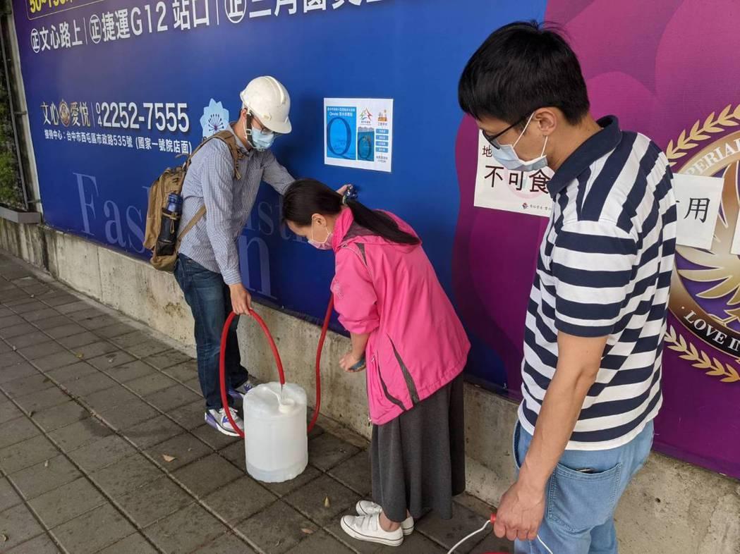 台中市第1部小型移動式淨水設備完成建置,位在南屯區文心南路及文心南五路交叉口人行...