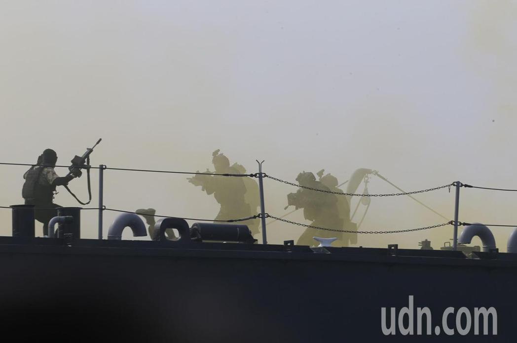 海軍司令部為強化海上反恐戰力,陸續完成特種作戰突擊艇、熱像儀與各艇通訊指管系統點...
