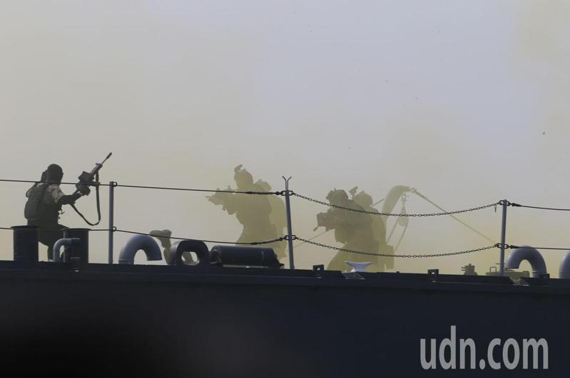 海軍司令部為強化海上反恐戰力,陸續完成特種作戰突擊艇、熱像儀與各艇通訊指管系統點驗,但各艇所需的登船突擊工具,卻一直未按時完成驗收。海軍司令部首度坦承,廠商交了第一套,其中突撃升降機及拋繩槍等2項經驗測就不合格,已發文向國防部說明。記者劉學聖/攝影
