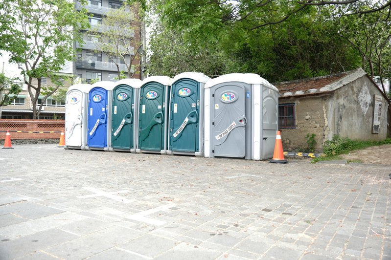 公廁施工期間,為避免影響遊客如廁,在禾埕廣場上配置6座臨時流動廁所。記者陳斯穎/攝影