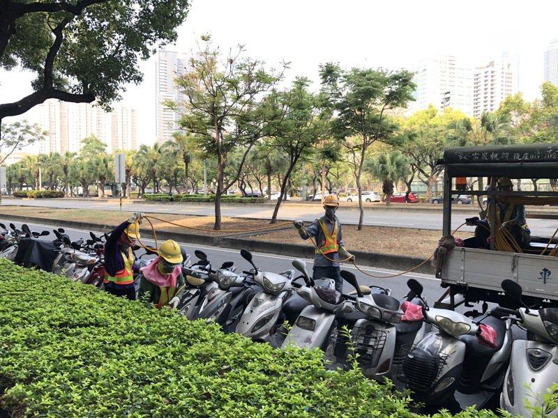 高雄市環保局清潔隊員在沿街溝渠噴灑有機磷劑消毒防蚊,從3月起,各行政區排程展開水溝消毒作業。記者王慧瑛/攝影