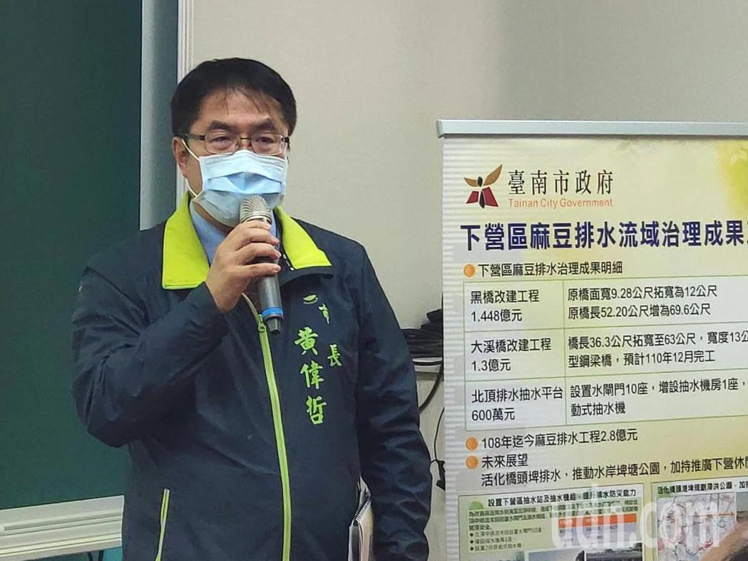 台南市長黃偉哲出席下營區政簡報,強調會持續會增加預算投入,讓農民更方便運送農產品...