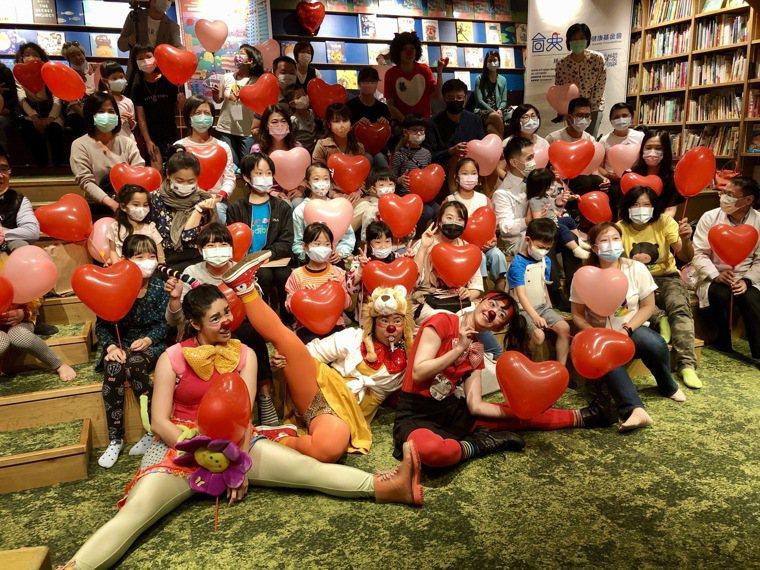 「台大兒童醫院多多書」新書發表會充滿愛心氣球。記者黃惠群/攝影
