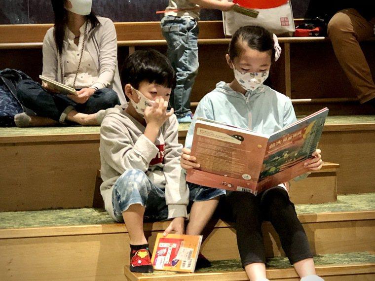 兒童閱讀《台大兒童醫院多多書:守護孩子健康的奇幻樂園》。記者黃惠群/攝影