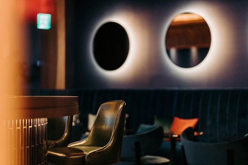 桃園網美最愛打卡酒吧「Blu Bar」,以陸地潛水艇造型打造,內部絨布線條沙發如同扇貝,其上的彩色座墊,設計師大膽選用樣式新穎色彩繽紛混搭。圖/COZZI Blu提供