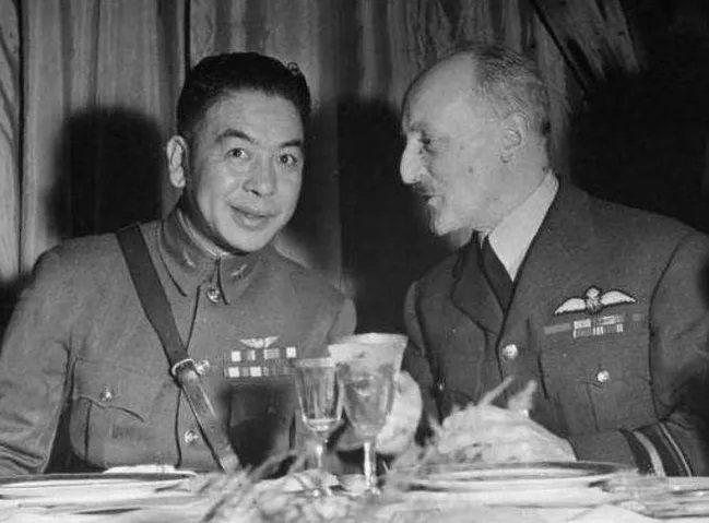 毛邦初(左)原是蔣中正在美親信,後因不滿海軍人事,在美國爆料國府軍購醜聞。圖/取自微博