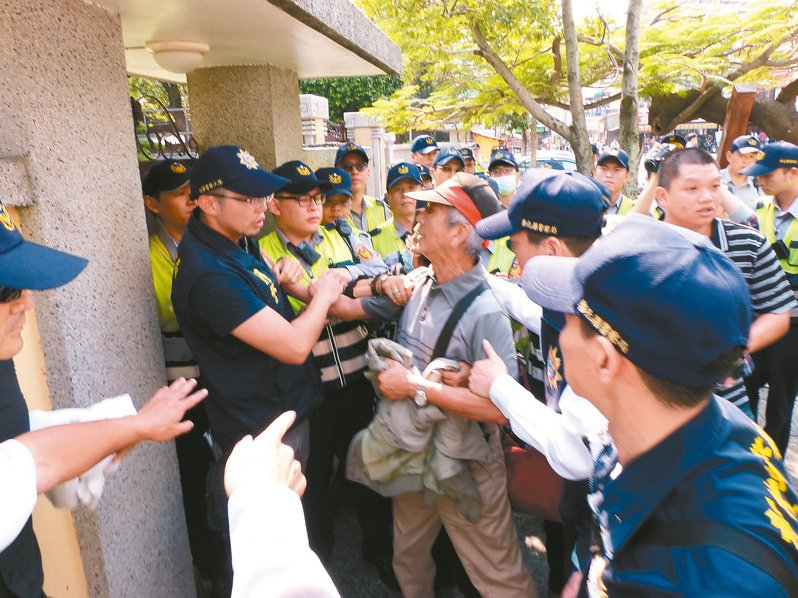 民眾向總統車隊陳抗,與員警發生推擠,法官查出員警被指示「假摔」。圖/聯合報系資料照片