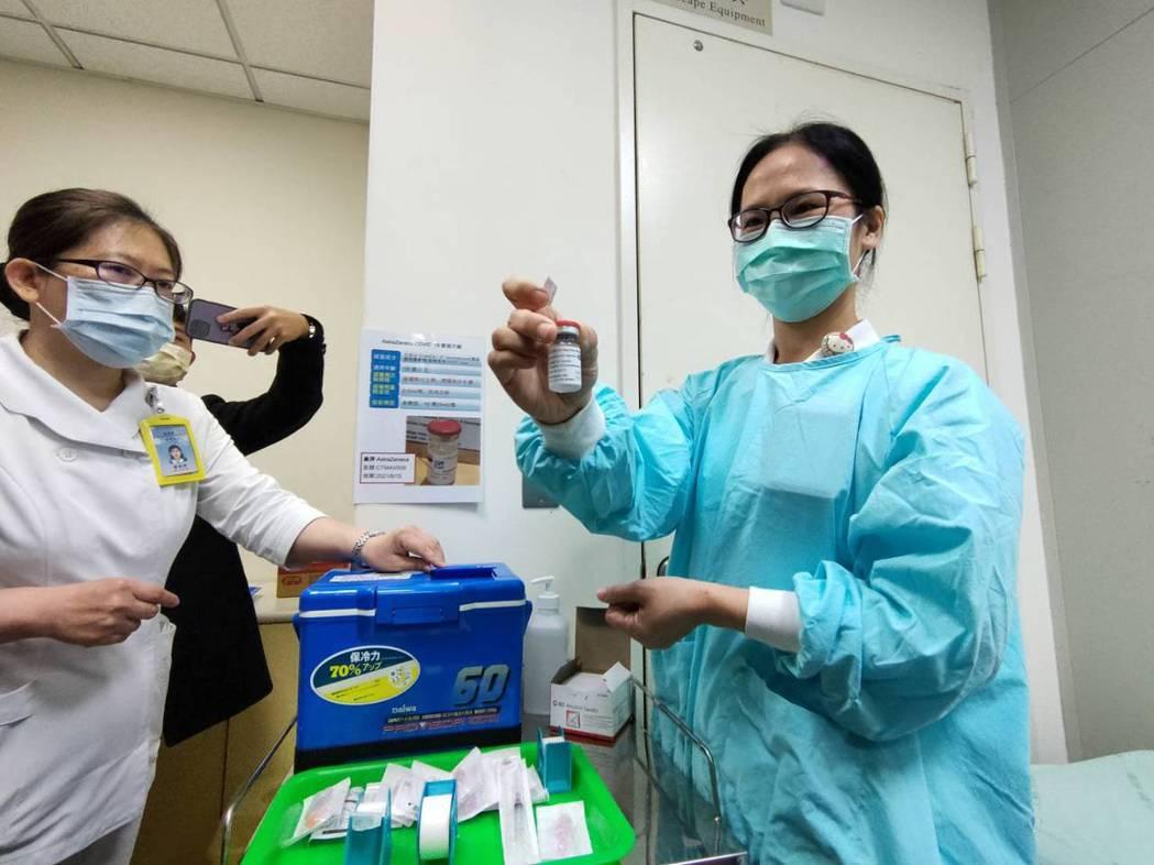 一瓶AZ疫苗打開來可讓10至11人打。記者黃寅/攝影
