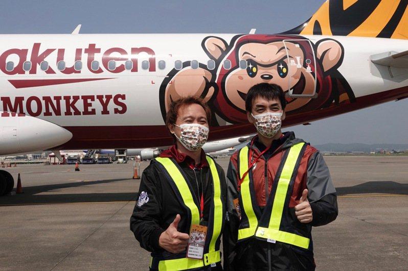 樂天桃猿隊與台灣虎航合作推出首架彩繪機,樂天桃猿隊副董事長渡邊崇(右)與領隊浦韋青(左)參與。記者蘇志畬/攝影