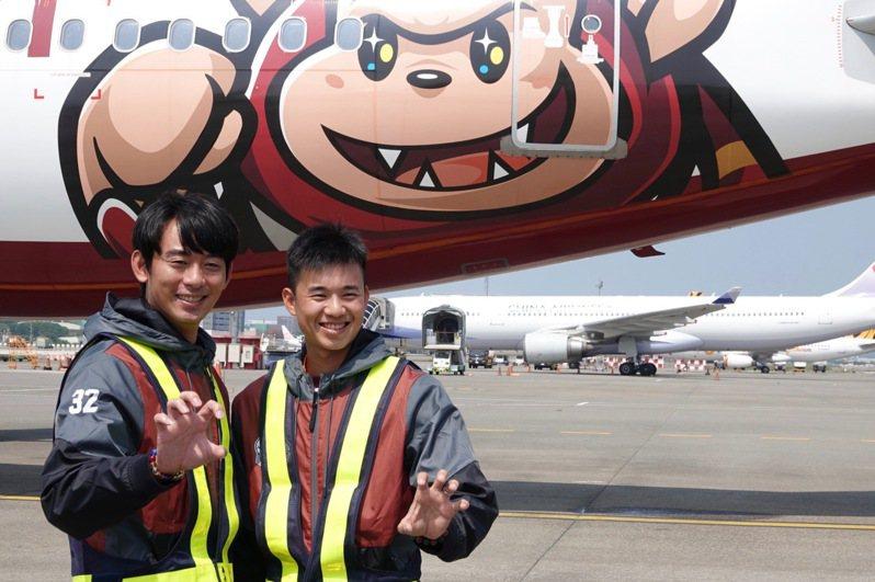 樂天桃猿隊與台灣虎航合作推出首架彩繪機,今天展開「10號應猿團」微旅行,猿隊投手王溢正、黃子鵬一同登機。記者蘇志畬/攝影