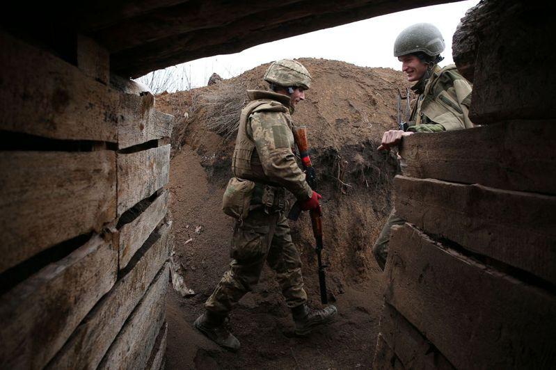 烏俄邊界有長達400公里戰壕,2015年以來雙方偶爾開槍狙擊,未大舉進犯。圖為8日在盧甘斯克地區佐洛特鎮附近壕溝的烏國士兵。法新社