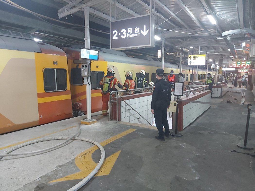 中壢火車站火警一輛列車底部冒白煙,目前出一水線降溫中。記者朱冠諭/攝影