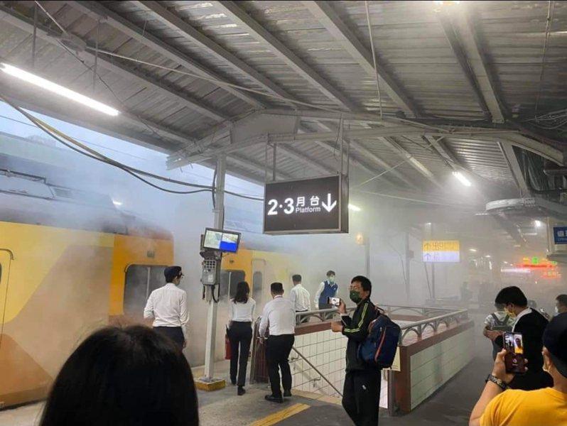 中壢火車站火警一輛列車底部冒白煙,目前出一水線降溫中。圖/取自臉書社團桃園人桃園事