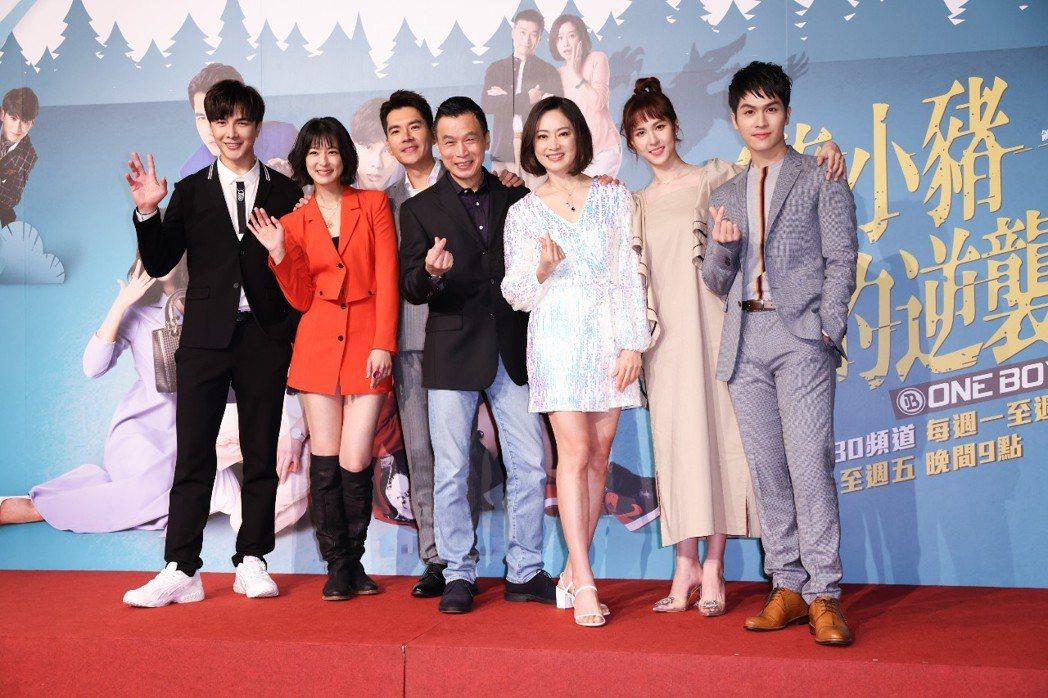 謝佳見(左起)、賴雅妍、王傳一、李天柱、劉瑞琪、魏蔓、林孫煜豪主演「三隻小豬的逆...