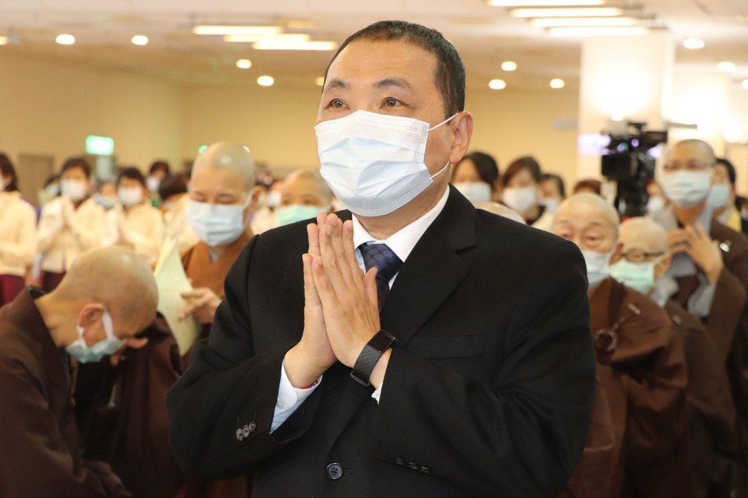 新北市長侯友宜今出席浴佛節活動,明天上午要施打AZ疫苗。記者吳亮賢/攝影