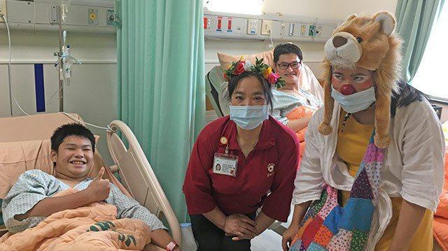 紅鼻子醫師幫助骨折病童重拾笑容。圖/花蓮門諾醫院提供