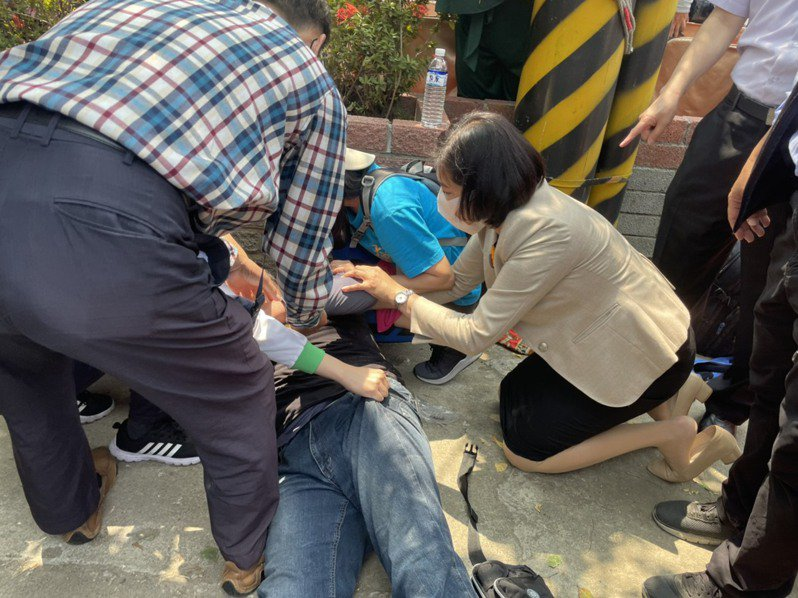 雲林縣長張麗善10日到台中進行宣傳工作時突遇一名男香客昏倒,她立即跪地協助施救,過程被民眾拍下。圖/讀者提供