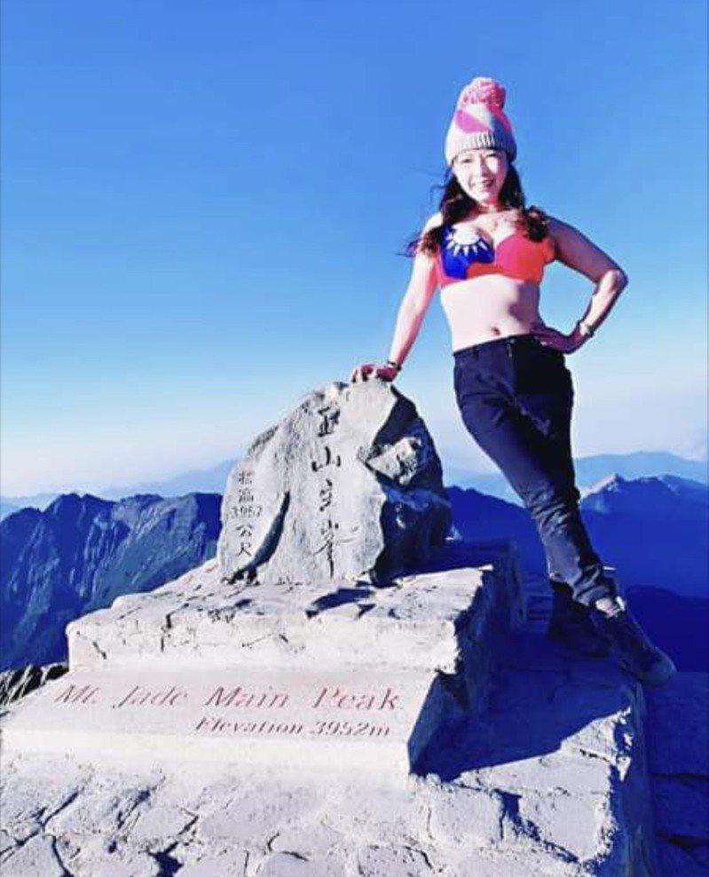 彰化縣議員劉惠娟登上台灣最高峰玉山過50歲生日,特別的是她站在零下五度的玉山主峰,穿著性感國旗內衣秀出自信好身材,讓大家讚聲連連,直呼很驚豔。圖/翻攝自劉惠娟臉書