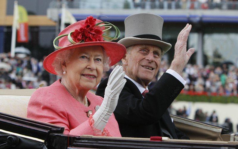 英國女王伊麗莎白二世夫婿非立普親王九日辭世,享耆壽九十九歲。圖為英國女王伊麗莎白二世(左)和夫婿菲立普親王(右)。(美聯社)