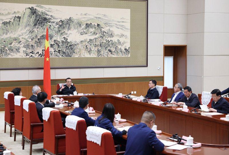 大陸國務院總理李克主持召開經濟形勢專家和企業家座談會。中國政府網