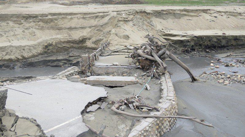 鯉魚潭水庫遭逢歷來最乾旱加上清淤,舊台3線行易橋重見天日。記者范榮達/攝影