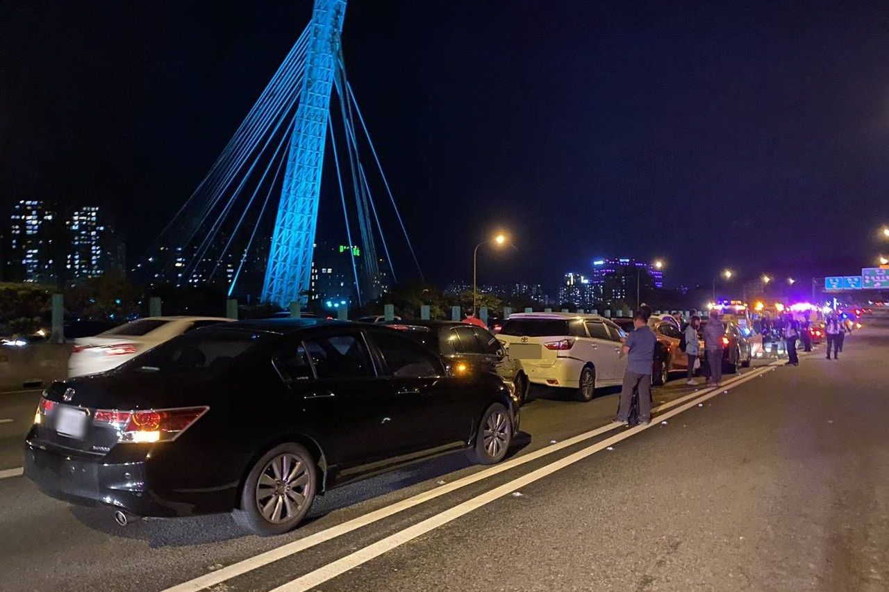國1汐止路段7車追撞 1人輕傷送醫